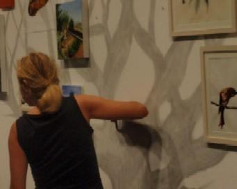 La fotografía es de Michel Robert, mientras Lina Vila realizaba su instalación.