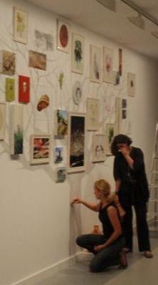 Un momento del montaje.  Lina Vila pinta bajo la atenta mirada de Chus Tudelilla. Fotografía de Michel Robert.